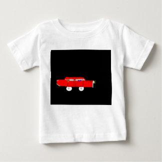 El niño rojo de la camiseta del coche