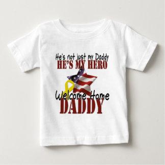 Él no es apenas mi papá que él es mi héroe playera de bebé