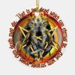El no es muerto que puede mentira eterna adorno navideño redondo de cerámica