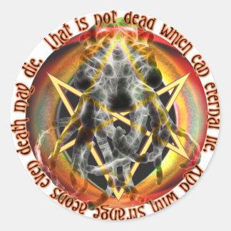 El no es muerto que puede mentira eterna pegatina redonda