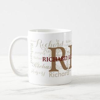 el nombre de encargo con iniciales personalizó el taza