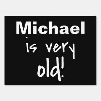 El nombre es muy vieja broma negra del cumpleaños letreros