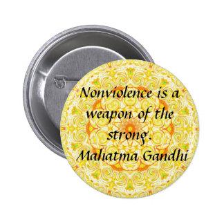 El Nonviolence es un arma del fuerte. - Gandhi Pin Redondo 5 Cm