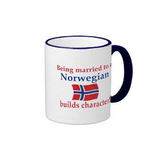 El noruego construye el carácter taza a dos colores