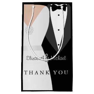 El novio blanco negro de la novia le agradece bolsa de regalo pequeña