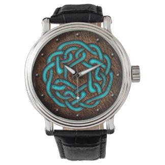 El nudo céltico esmaltó el azul en el arte digital reloj de mano