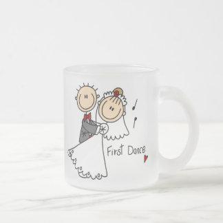 El nuevos marido y esposa primero bailan la taza
