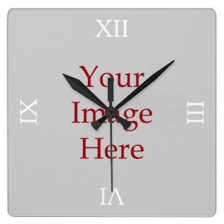 El número romano crea sus los propios reloj de pared