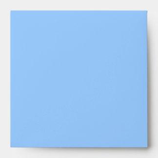 El océano azul envuelve el cuadrado sobre