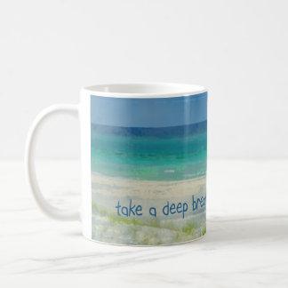 El océano toma una taza de la respiración profunda