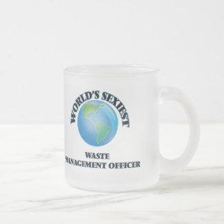 El oficial más atractivo de la gestión de desechos taza