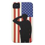 El oficial saluda la bandera americana iPhone 4 Case-Mate cárcasas