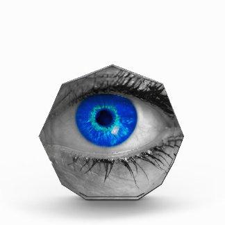 El ojo con el iris azul mira el concepto mA del