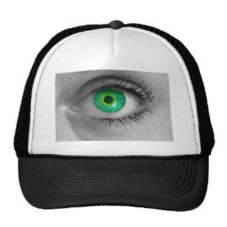 El ojo con el iris verde mira macro del concepto gorras de camionero