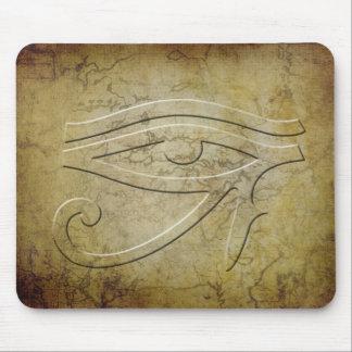 El ojo de Horus - mirada grabada en relieve Tapetes De Ratones