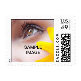 El ojo de la mujer bonita con la flor del amarillo sellos