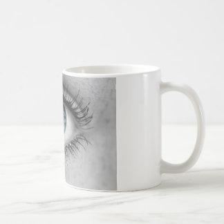 El ojo mira a la macro del concepto del espectador taza de café