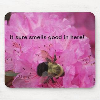 ¡Él olores seguros buenos adentro aquí! Mousepads