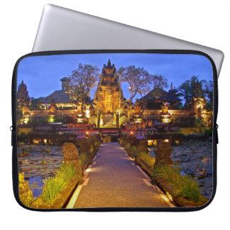 El ordenador portátil envuelve el templo Ubud Bali Manga Computadora