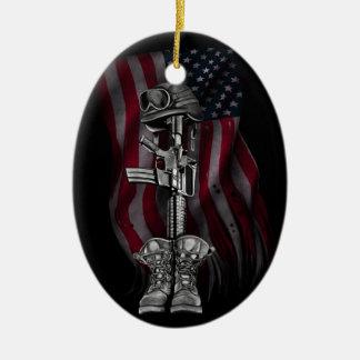 El ornamento caido del soldado adorno navideño ovalado de cerámica
