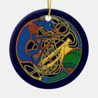 El ornamento céltico del perro y del pájaro adorno redondo de cerámica