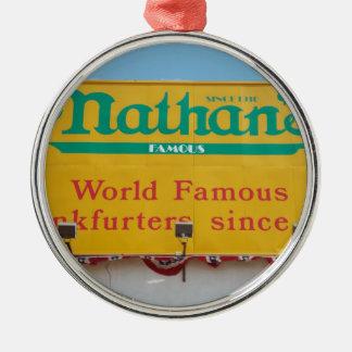 El ornamento famoso de Nathan Adorno Navideño Redondo De Metal