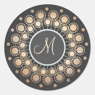 El oro circunda negro con monograma adornado pegatina redonda