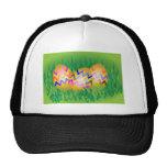 El oro eggs con el modelo de zigzag en hierba verd gorras de camionero