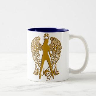 El oro graba en relieve la taza del ángel de la