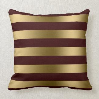 El oro moderno raya el fondo del rojo de Borgoña Cojin