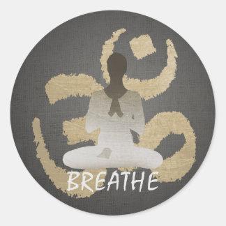 El oro OM de la yoga de Namaste firma respira Pegatina Redonda