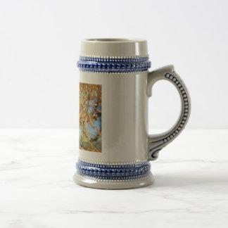El oro otoñal sale del ejemplo de flores taza de café