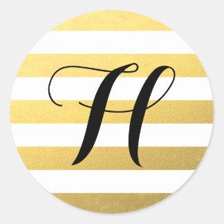 El oro raya el modelo con el monograma pegatina redonda