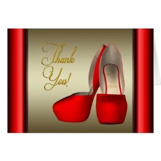 El oro rojo del negro de zapatos del tacón alto le tarjeton