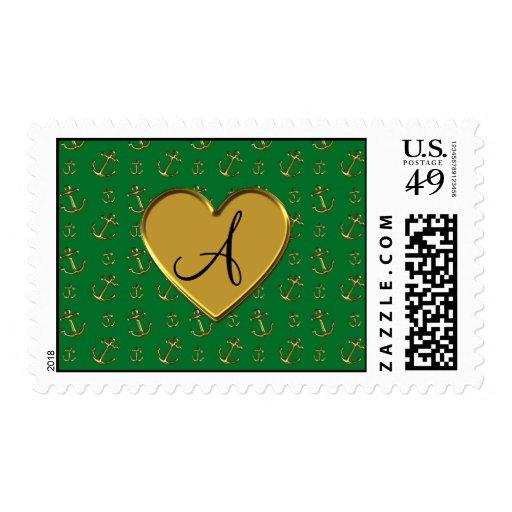 El oro verde del monograma ancla el corazón del sellos