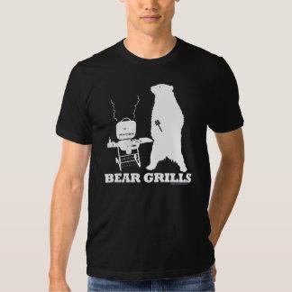 El oso asa a la parrilla la camiseta polera