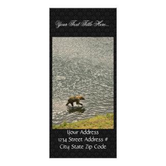 El oso de Brown vadea a través del agua Lona Publicitaria