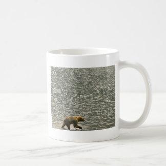 El oso de Brown vadea a través del agua Taza De Café