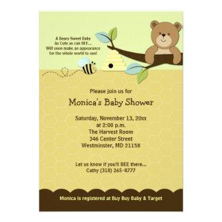 El oso de miel y manosea la invitación de la fiest