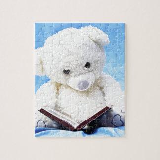El oso de peluche blanco precioso leyó el libro rompecabezas con fotos