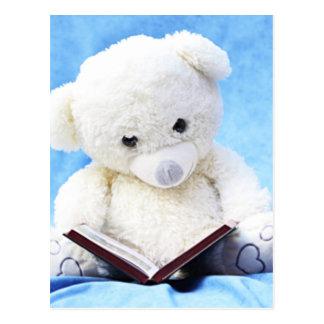 El oso de peluche blanco precioso leyó el libro tarjetas postales
