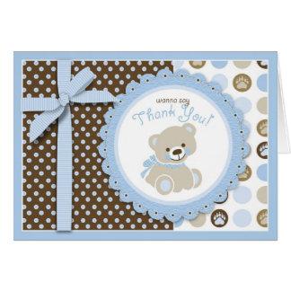 El oso de peluche del muchacho le agradece cardar tarjetas