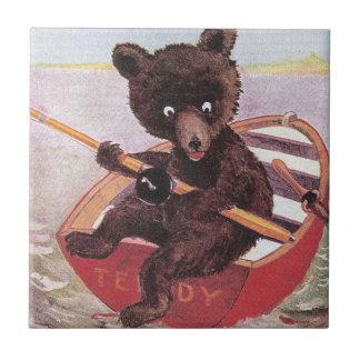 El oso de peluche espía un pescado grande tejas