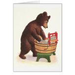 El oso de peluche hace el lavadero felicitacion