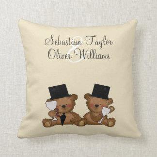 El oso de peluche prepara el boda almohada