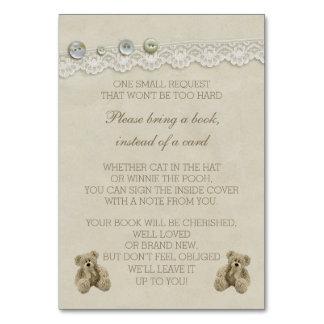 El oso de peluche trae un libro en vez de una