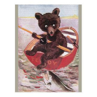 El oso de peluche va a pescar postales