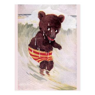 El oso de peluche vadea en la resaca tarjeta postal