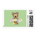 El oso de peluche verde bloquea la fiesta de sellos