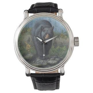 El oso negro de los hombres relojes